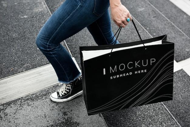 Женщина несет макет сумка для покупок Premium Psd