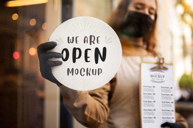 私たちが開いているレストランを持っている女性サイン 無料 Psd