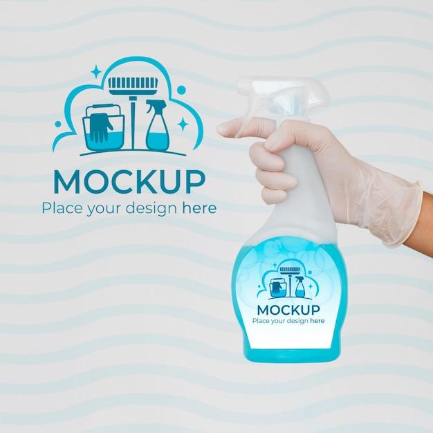 Donna che tiene un prodotto per la pulizia con confezione mock-up Psd Gratuite