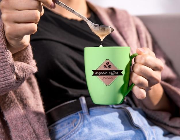 緑のコーヒー・マグを保持している女性 無料 Psd