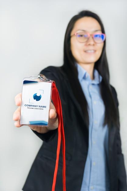 Женщина держит макет удостоверения личности Premium Psd