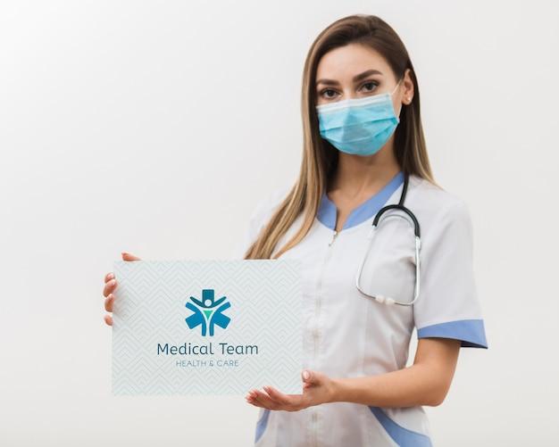 医療のモックアップカードを保持している女性 無料 Psd