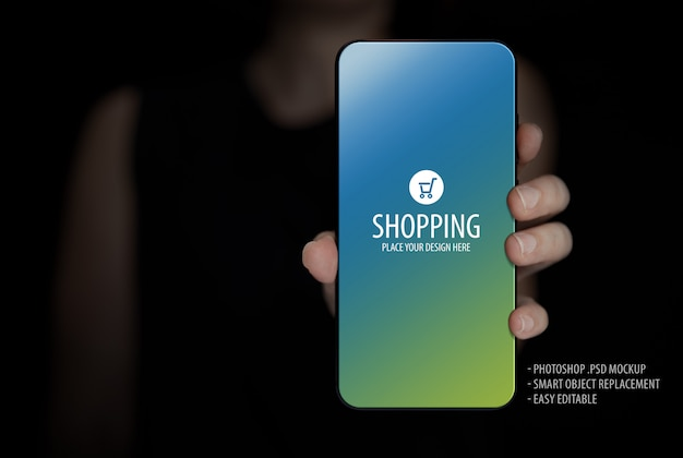 Woman holding mobile phone screen mock-up Premium Psd