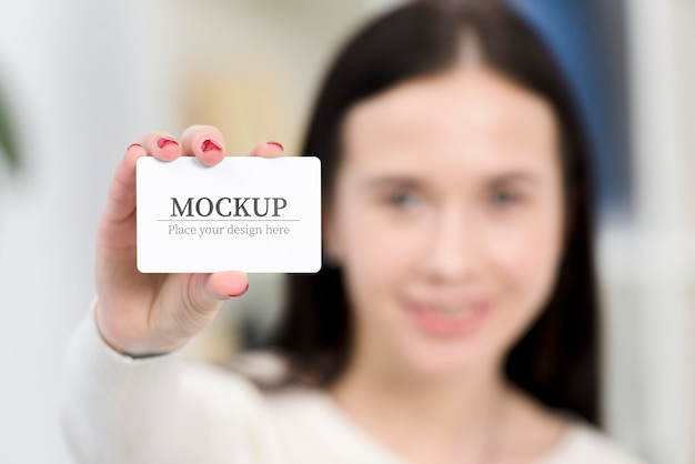 Woman holding a mock-up business card Free Psd