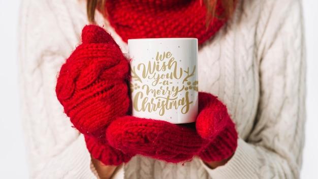 Modello della tazza della tenuta della donna con il concetto di natale Psd Gratuite