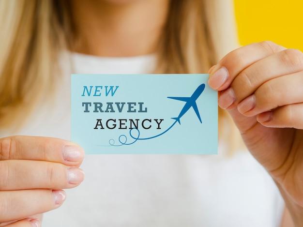 Donna che tiene una carta dell'agenzia di viaggi Psd Gratuite