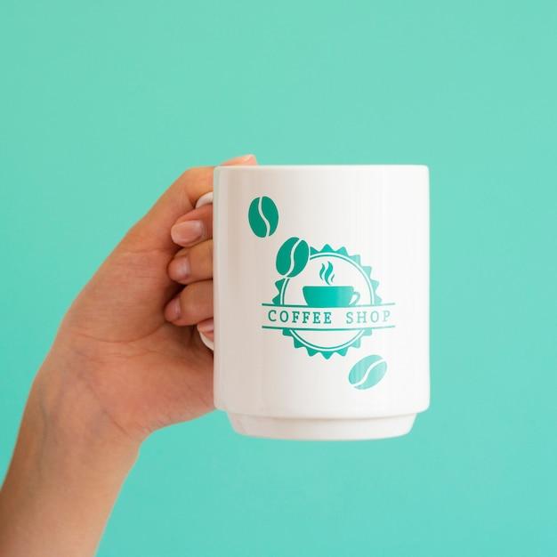 화이트 커피 잔을 들고 여자 무료 PSD 파일