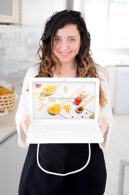 노트북 이랑 제시 부엌에있는 여자 무료 PSD 파일