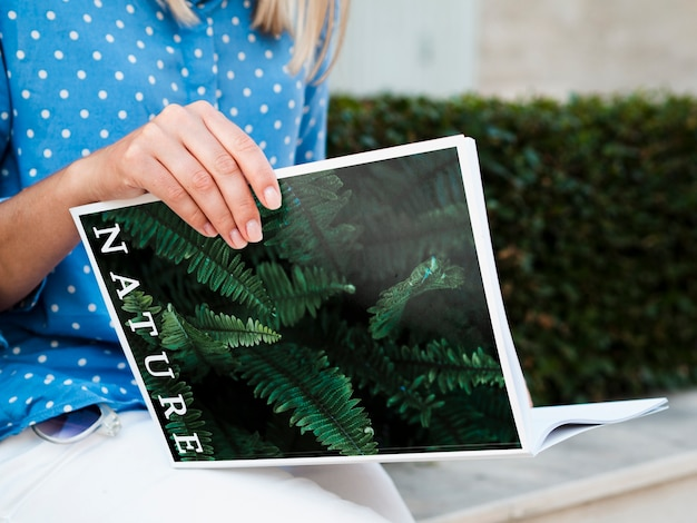 Женщина чтения журнала напольная Бесплатные Psd