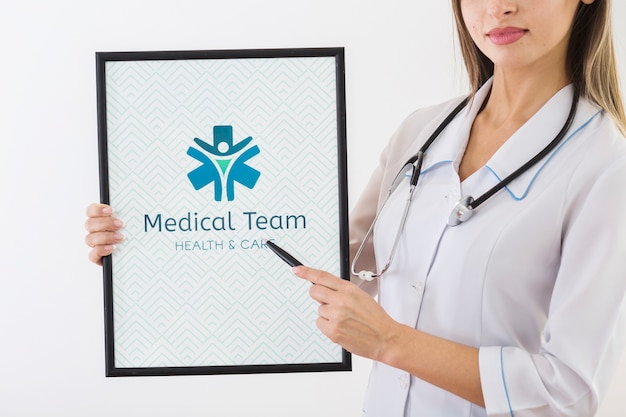 Donna che indica la lavagna per appunti medica Psd Gratuite