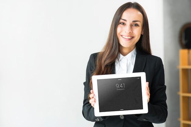 Donna che presenta tablet mockup Psd Gratuite
