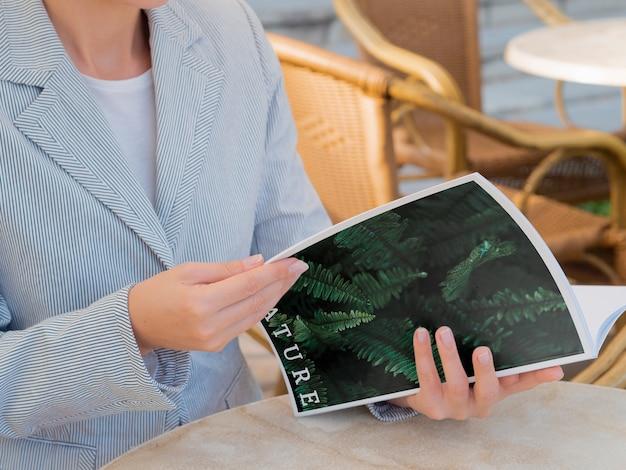Женщина читает журнал о природе Бесплатные Psd