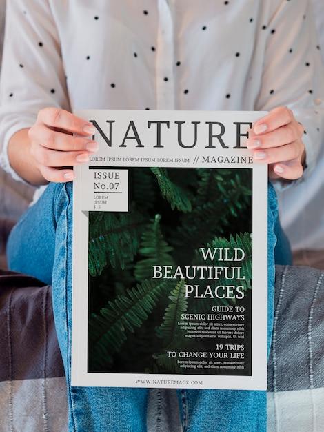 Женщина сидит и держит журнал макет Бесплатные Psd