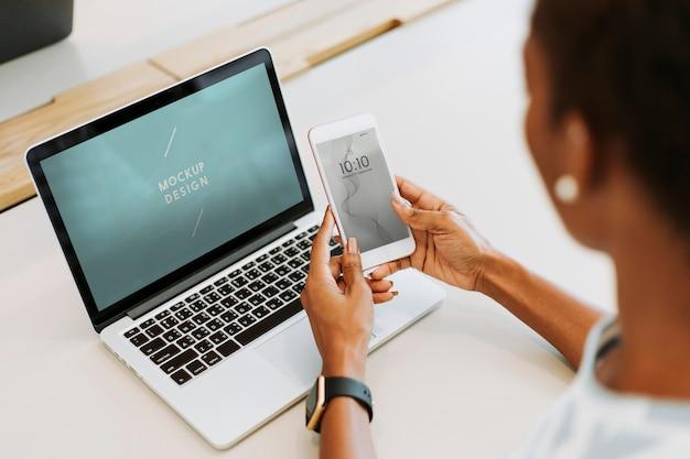 女性がラップトップとスマートフォンを使用して 無料 Psd