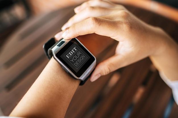 Женщина использует умные часы psd mockup Бесплатные Psd