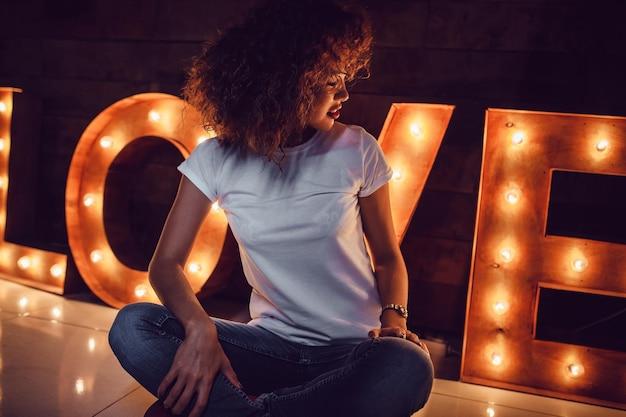 여자 흰색 O- 넥 티셔츠 모형 디자인 프리미엄 PSD 파일