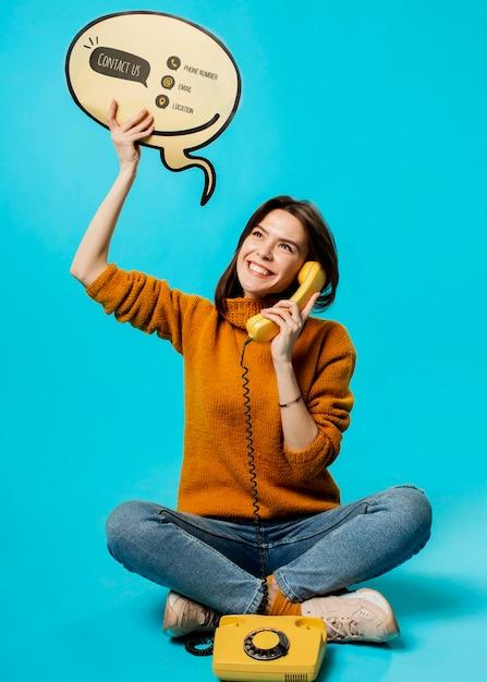 Donna con bolla di chat e vecchio telefono Psd Gratuite