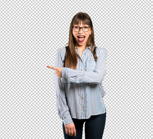 Woman with glasses surprised and pointing side Premium Psd