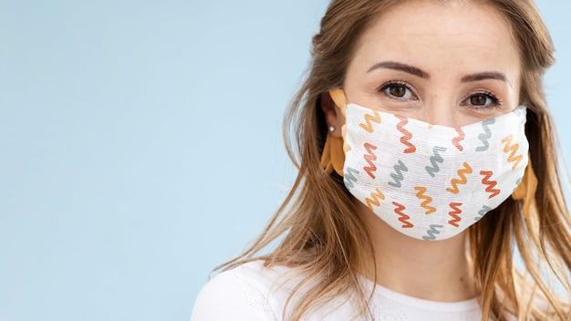 Женщина с медицинской маской концепции макета Бесплатные Psd
