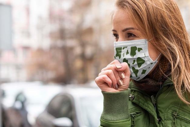 医療マスクコンセプトモックアップを持つ女性 無料 Psd