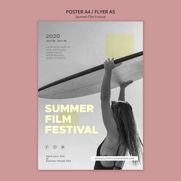 サーフボード夏映画祭ポスターテンプレートを持つ女性 無料 Psd
