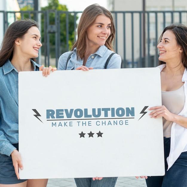 Женщины держат макет доски Бесплатные Psd