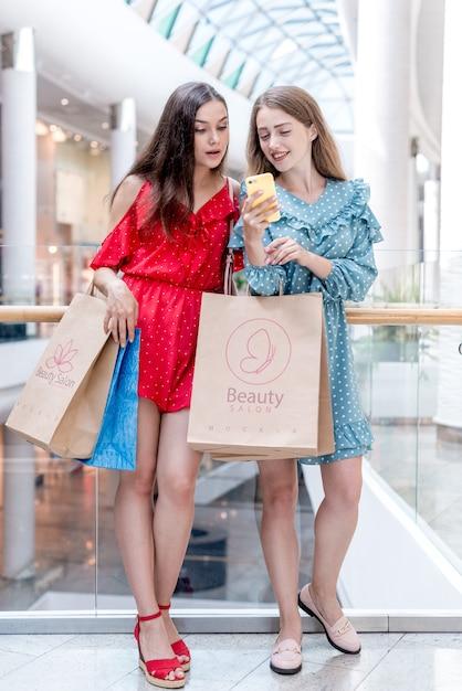 Женщины держат сумки в торговом центре Бесплатные Psd