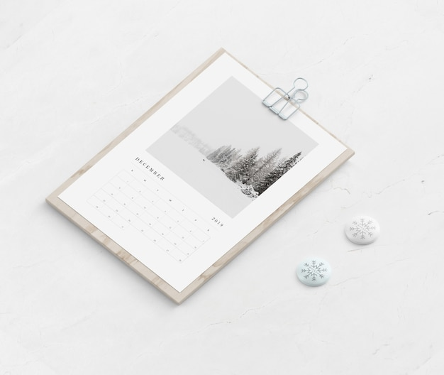 Wooden board with calendar on table | Free PSD File