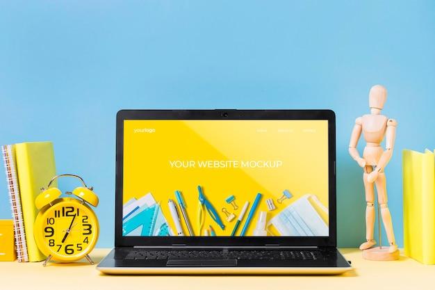 Деревянный манекен и ноутбук с макетом Бесплатные Psd