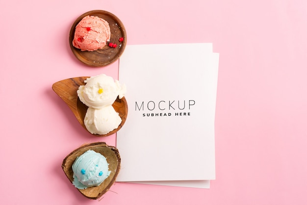 Wooden plates with fresh natural colorful ice-cream with paper sheet on a pastel pink mockup Premium Psd