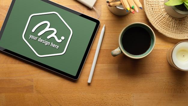 Рабочее пространство с макетом планшета, стилусом и расходными материалами Premium Psd