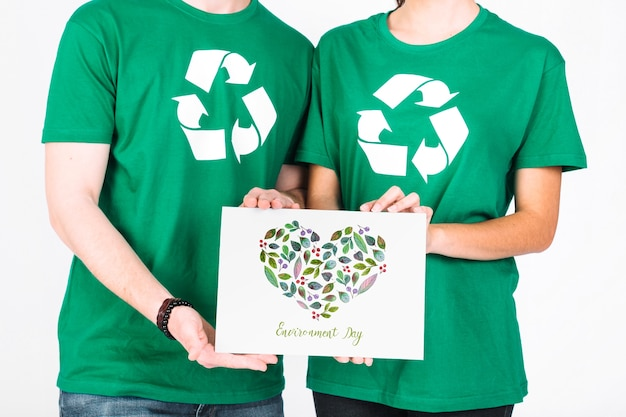 World environment day mockup with volunteer couple holding paper Free Psd