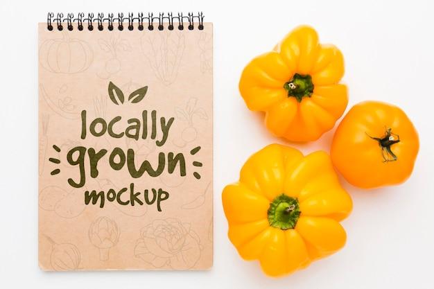 黄色のピーマン、地元産の野菜のモックアップ Premium Psd