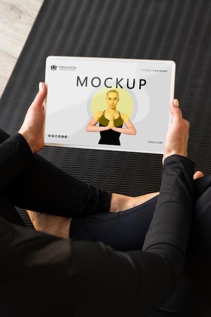 Инструктор по йоге держит макет планшета Бесплатные Psd