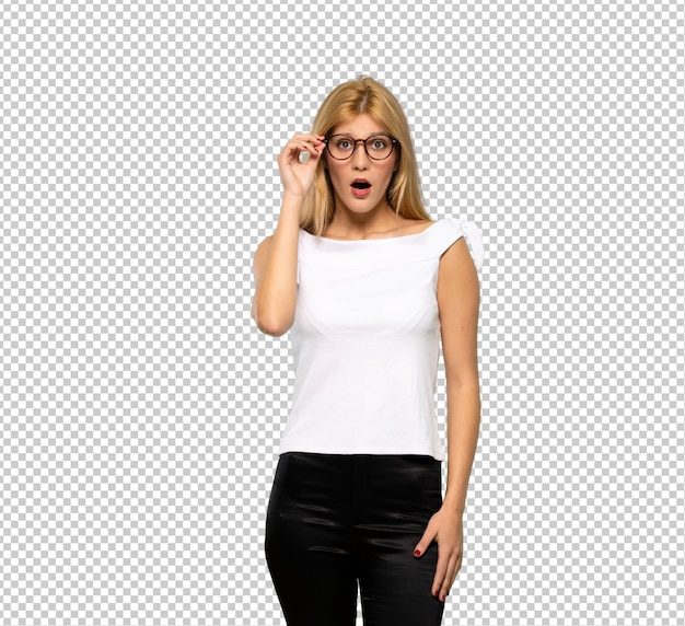 Young blonde woman with glasses and surprised Premium Psd