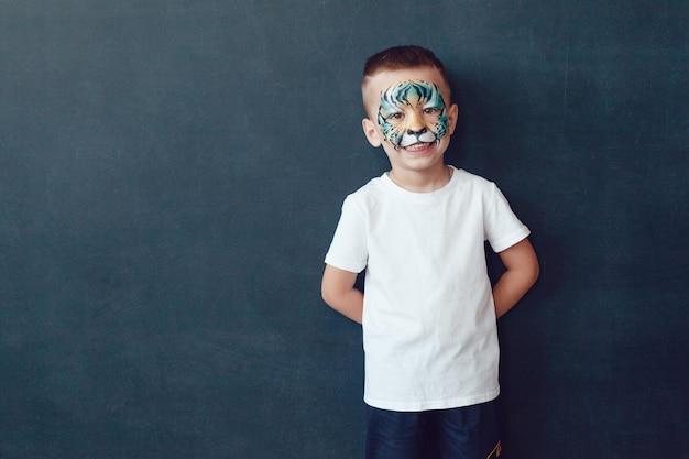 シャツのモックアップを着て若いかわいい子供 Premium Psd