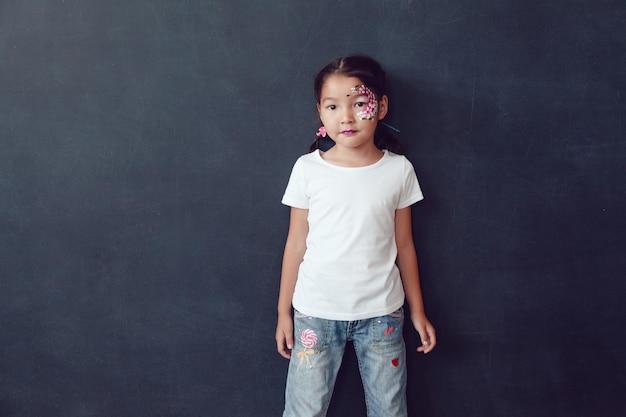 셔츠 모형을 입고 젊은 귀여운 아이 프리미엄 PSD 파일