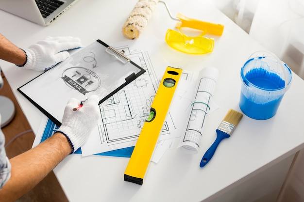 Young handyman and painting tools Free Psd