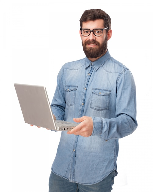 Молодой человек держит свой ноутбук Бесплатные Psd