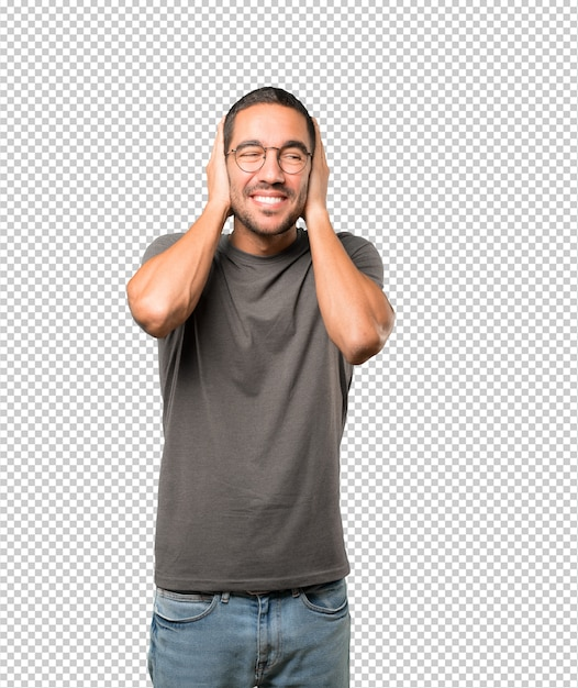Young man worried about loud noises and covering his ears Premium Psd