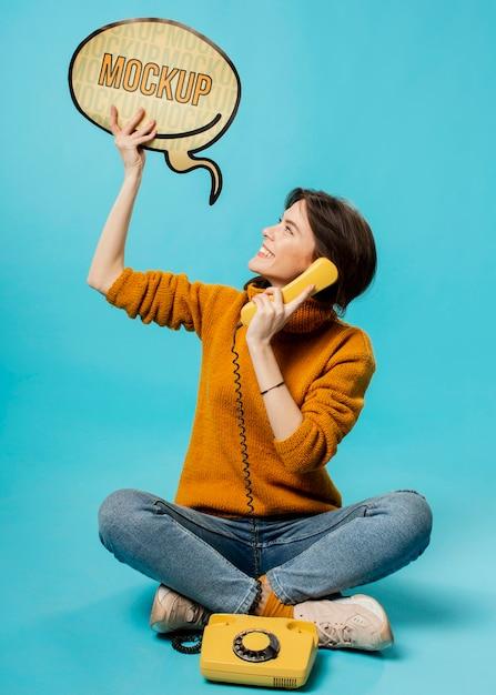 Giovane donna con bolla di chat e vecchio telefono Psd Gratuite