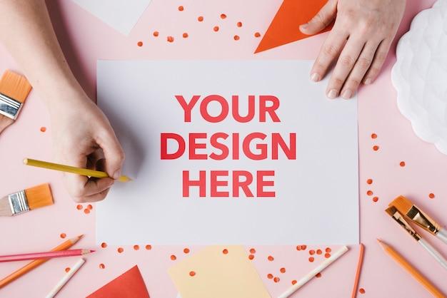 Il tuo design qui con pennelli e mani Psd Gratuite