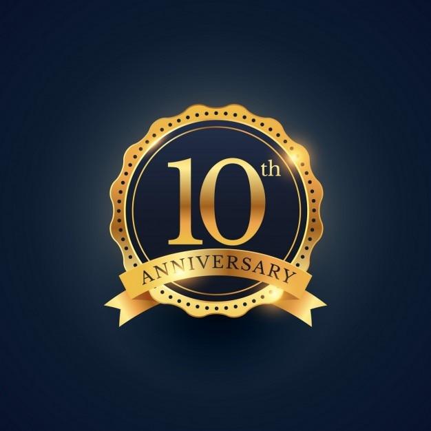 黄金色の10周年のお祝いバッジのラベル 無料ベクター