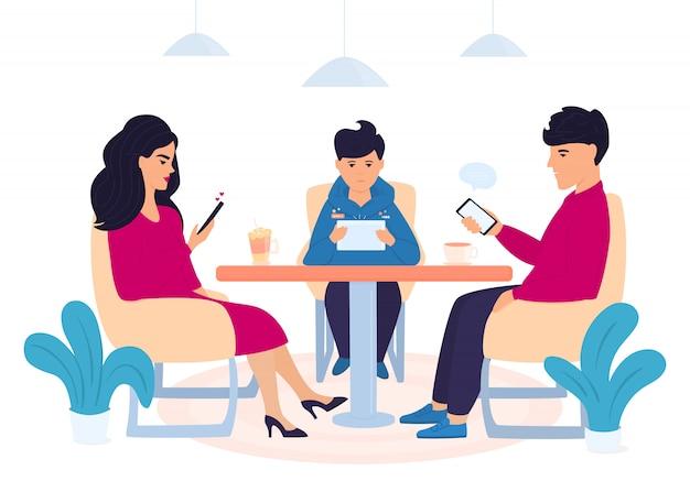 デジタル中毒。 10代の息子を持つ家族がカフェに座ってガジェットを使用しています。スマートフォンでオンラインチャットの男。女性はソーシャルネットワークでいいね!少年はタブレットでコンピューターゲームをプレイします。 Premiumベクター