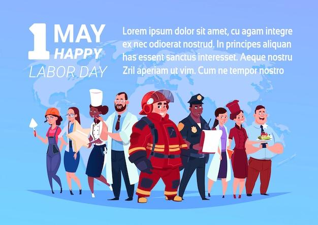 Группа людей разных профессий, стоящих на фоне карты мира с 1 мая, день труда Premium векторы