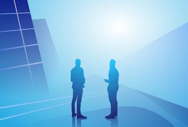 Концепция связи обсуждения бизнесмена 2 силуэтов говоря, встреча бизнесмена Premium векторы