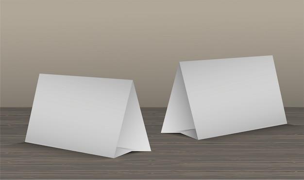 現実的な木製のテーブルに2つの空白のテーブルテントカードのセット Premiumベクター