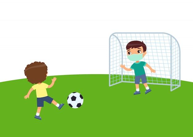 2 маленьких мальчика с медицинскими масками играя футбол. защита от вирусов, аллергия дети на футбольном поле. плоский рисунок, мультипликационный персонаж. спорт и отдых Premium векторы