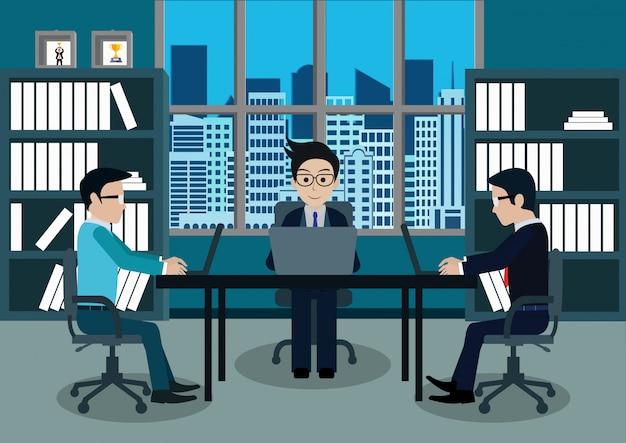 オフィスの労働者のビジネスマン3は、ノートブックが付いている机に座る Premiumベクター