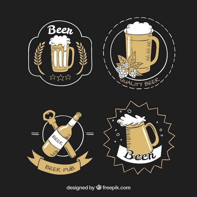 ビールと手で描かれた4つのラベルのセット 無料ベクター